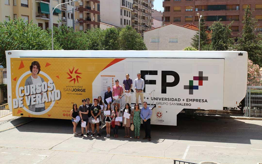 Foto de familia de los receptores de los diplomas por los cursos de verano del aula móvil. / Universidad San Jorge