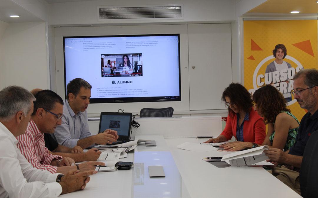 Raúl Millán explicando el programa FP++ a empresas e instituciones interesadas de Alcañiz y comarca. / B. Severino