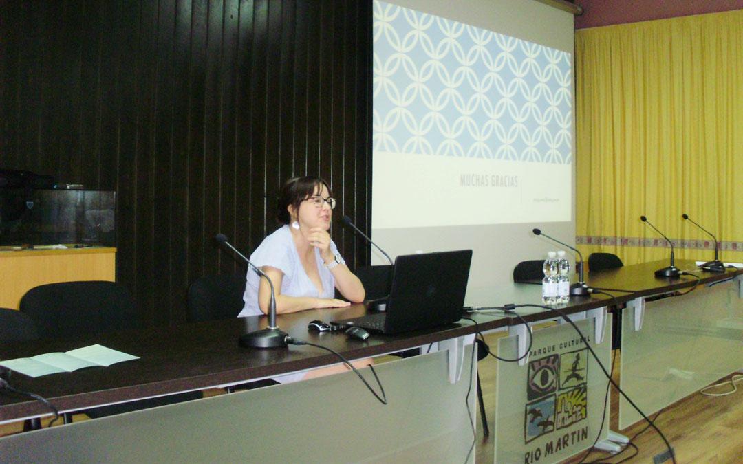 Delia Sagaste, de Patrimonio de DGA, en la conferencia en el Parque Cultural en Ariño. / Parque Cultural Río Martín
