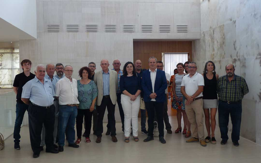 Foto de grupo de los consejeros de la Comarca del Bajo Martín a excepción de Andrea Gamez de Ganar, que no acudió a la sesión. Foto: A. Martín