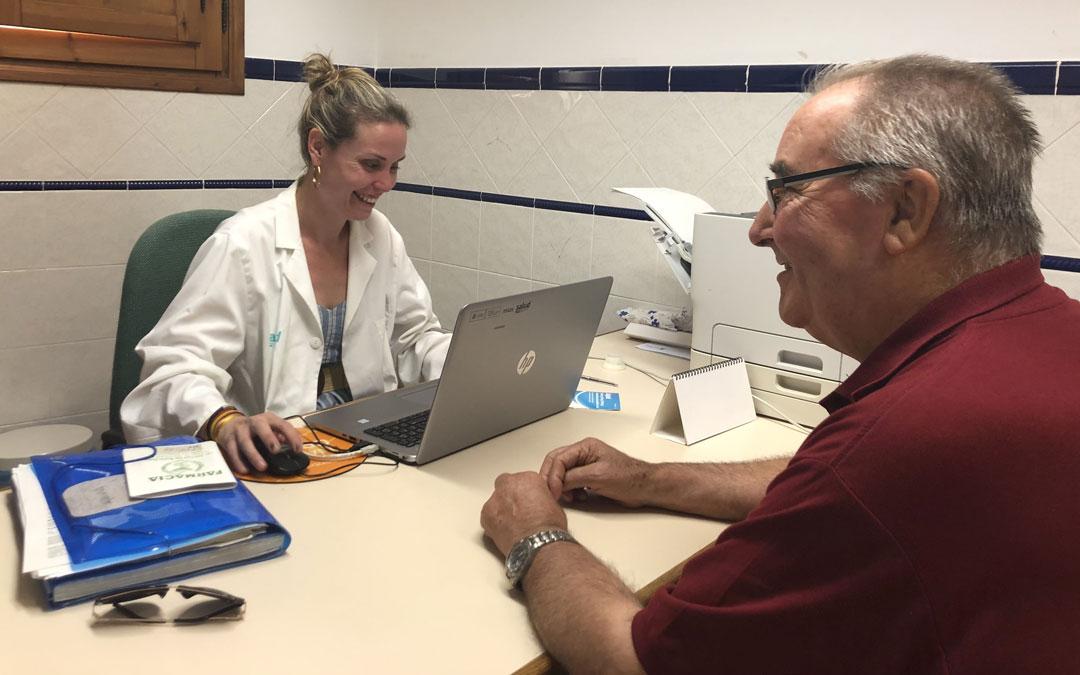 La médico bajoaragonesa Pilar Borraz pasando consulta