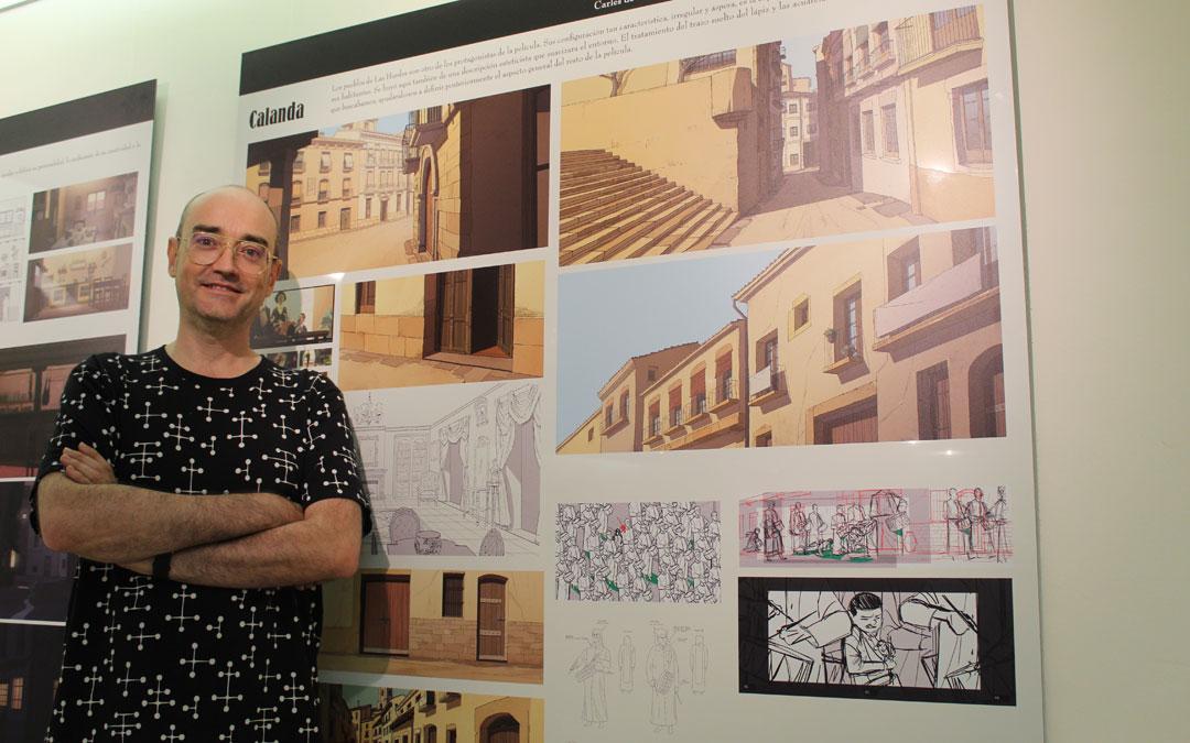 José Luis Ágreda, en el FIBC, junto al panel de la exposición dedicado a Calanda. / B. Severino