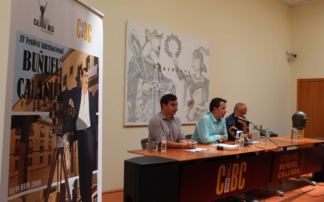 Mario Barro, Alberto Herrero y Jordi Xifra, en la presentación de la programación del Festival Internacional Buñuel Calanda. Al lado, el cartel hecho por José Luis Ágreda. / B. Severino