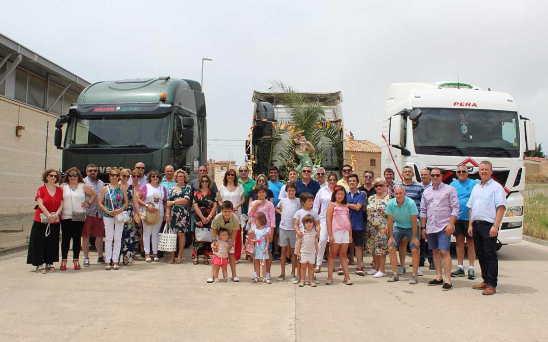 Foto de familia en Calanda tras la misa y la bendición por San Cristóbal. / B. Severino
