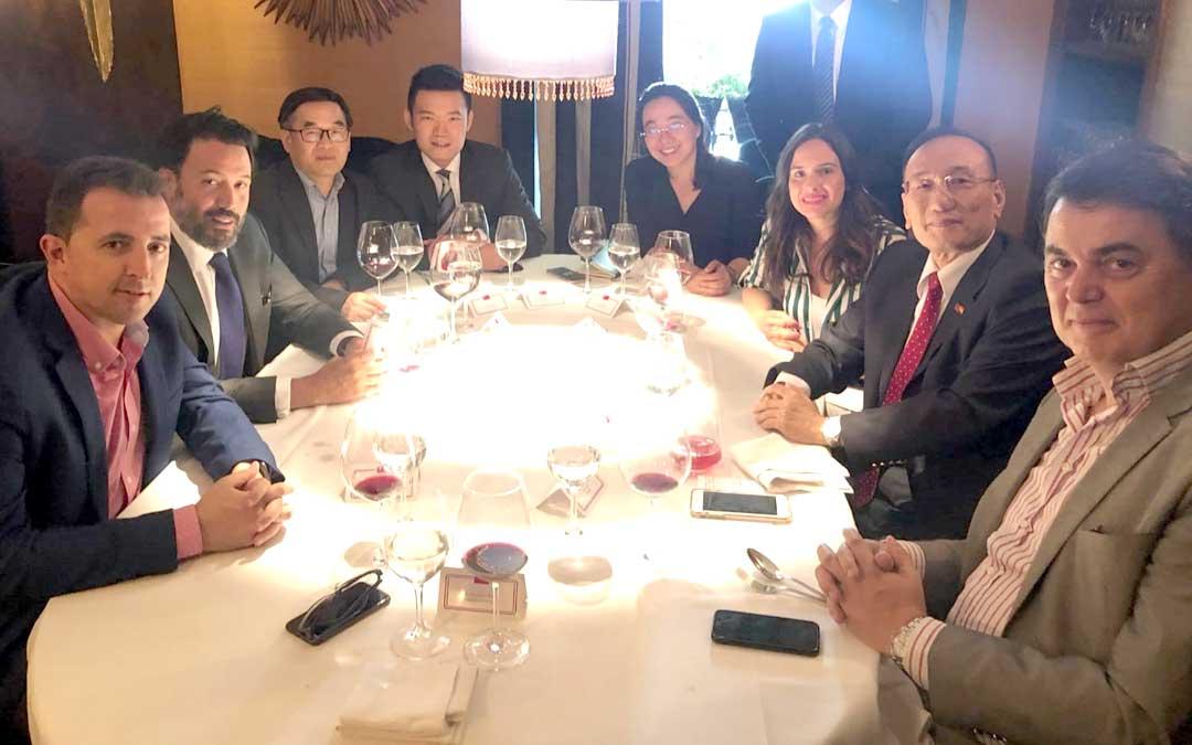 El alcalde de Calanda, Alberto Herrero (primero por la izquierda) en la reunión en Madrid con la delegación de Taiwán en España con su embajador al frente, José María Liu (segundo por la derecha)