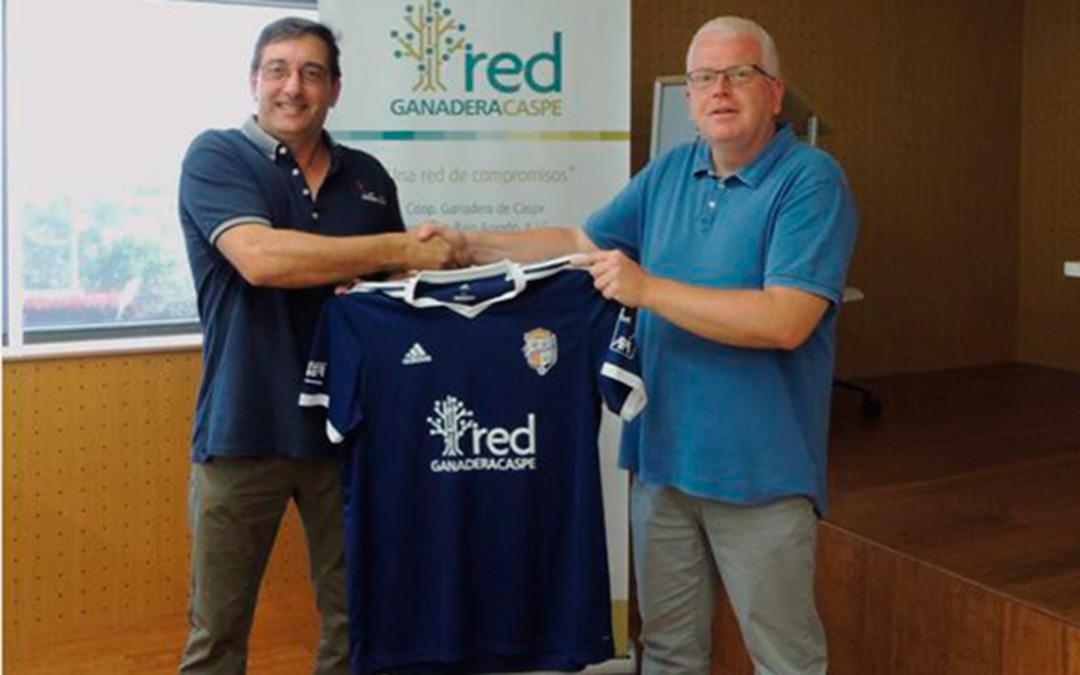 Los presidentes de Red Ganadera de Caspe, Raúl Panillo, y CD Caspe, Manuel Piazuelo, con la nueva camiseta.