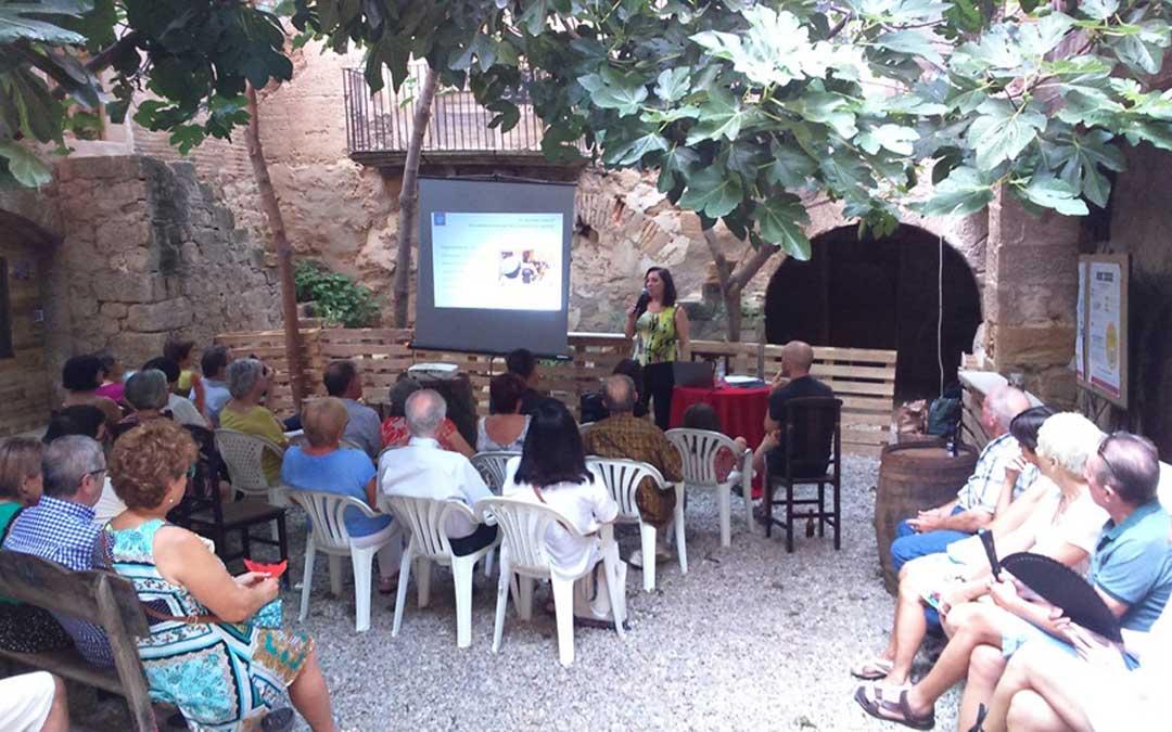 Momento de la conferencia de Lucía Conte en la Casa Bosque de Caspe. / Asoc. Amigos del Castillo del Compromiso