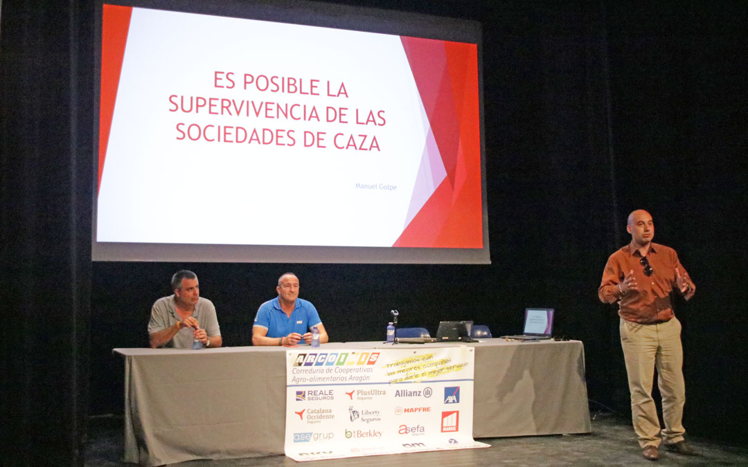 Manuel Noya, de pie, durante la charla celebrada este viernes por la tarde en Valderrobres