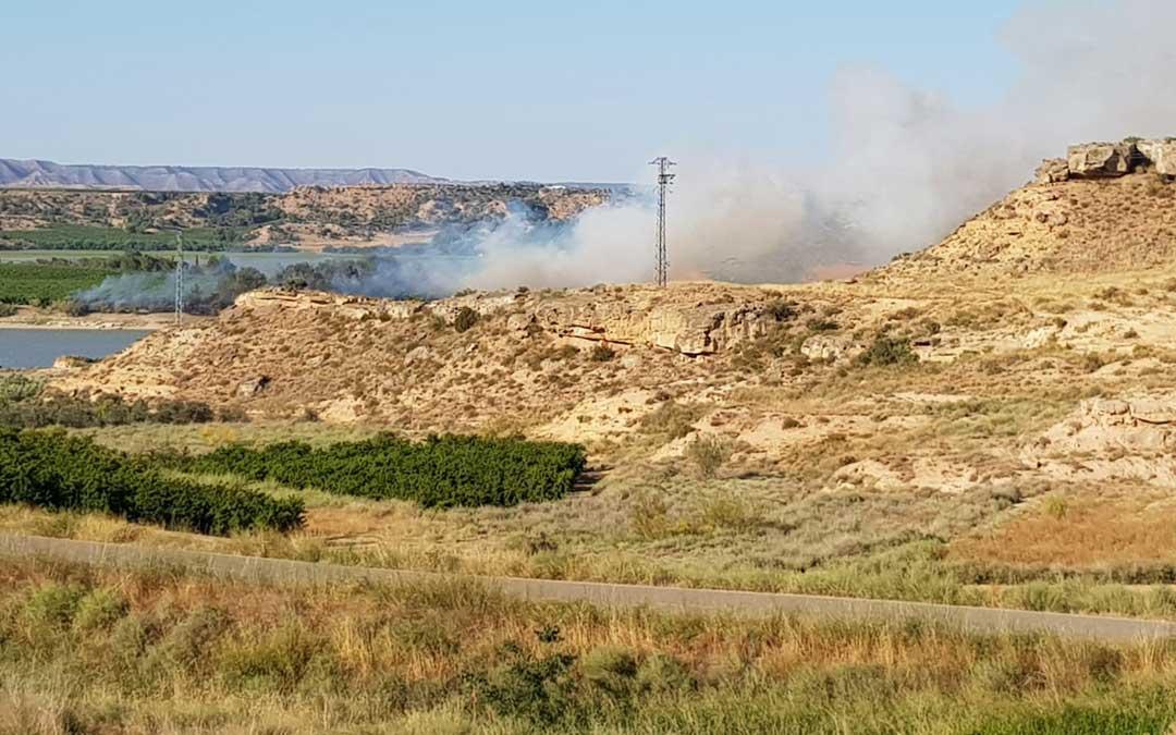 El fuego y el humo en el término de Chiprana, visibles a larga distancia.