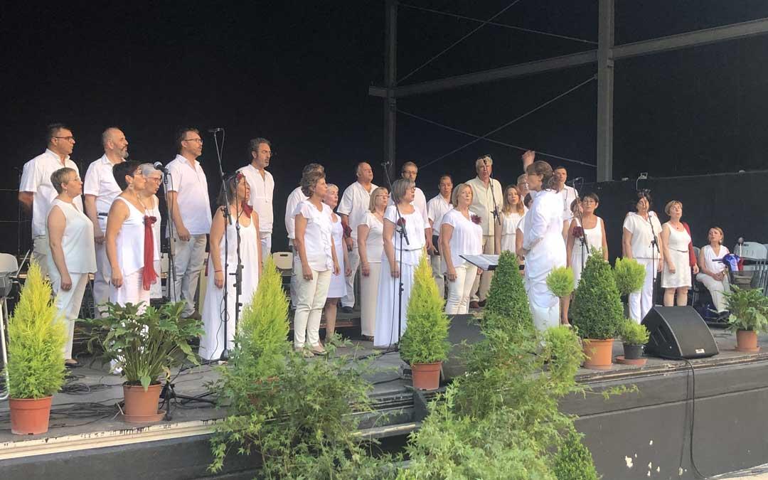 El coro, durante su actuación en el concierto conmemorativo del sábado. Foto: Laura Castel