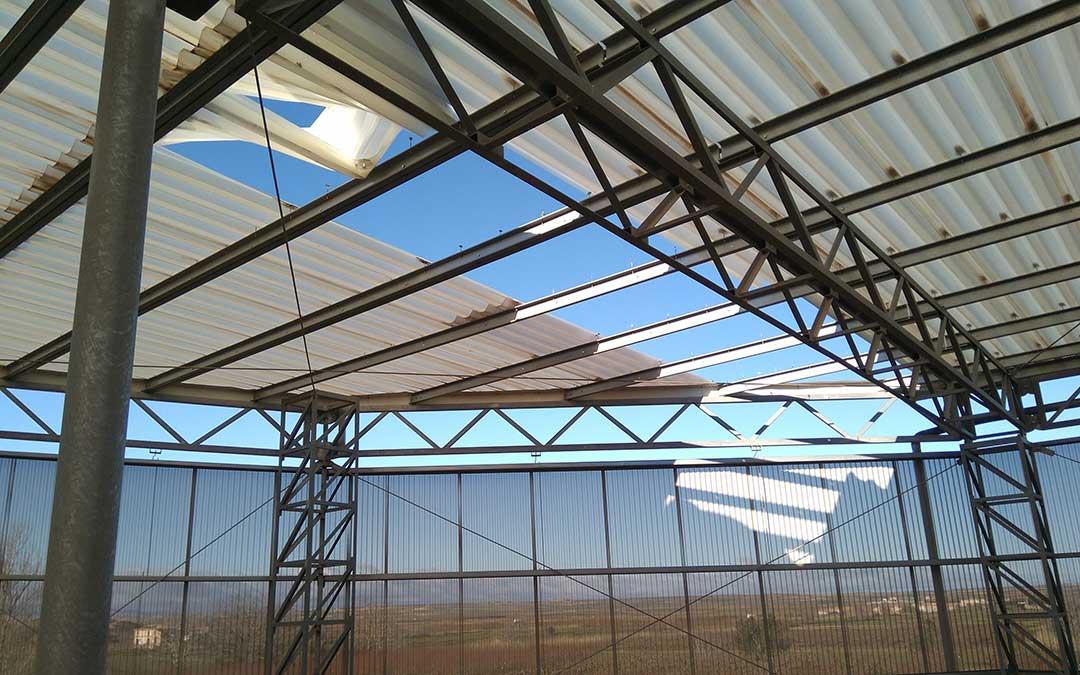 Zona afectada por la acción del fuerte viento, que arranca progresivamente los paneles de la cubierta./ Vida Primitiva