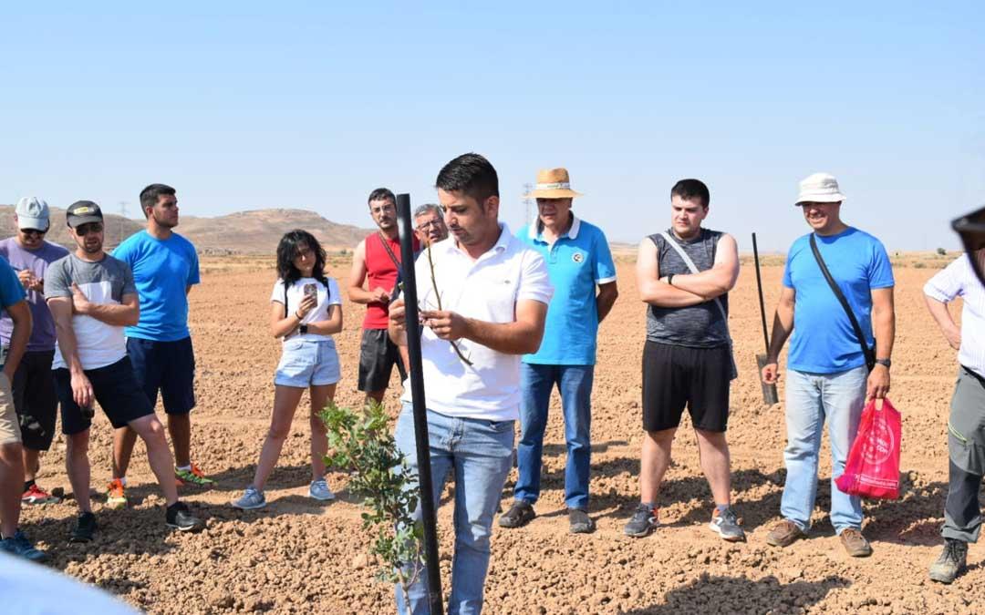 Curso sobre el injerto del pistacho realizado en Julio en Quinto de Ebro,organizado por APISTAR con la colaboracion de Caja Rural de Teruel. // J.B.