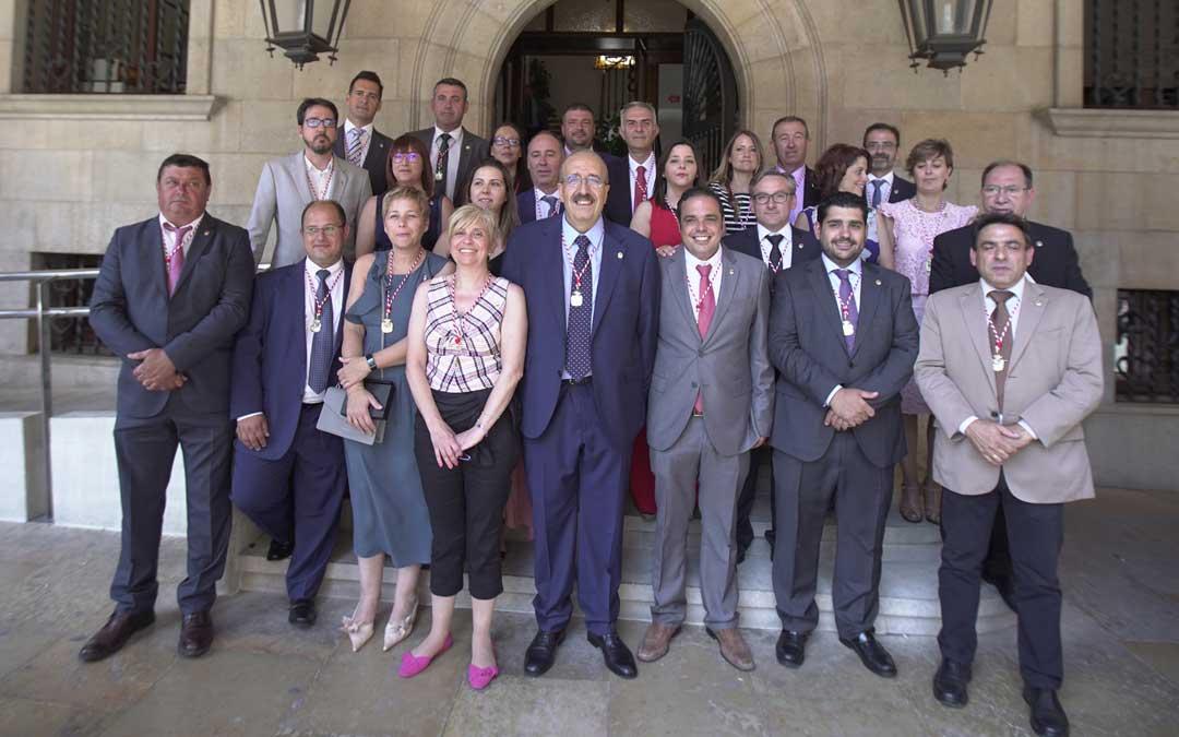 Foto de grupo de los 25 diputados que han tomado posesión de su acta este lunes con el presidente, Manuel Rando, en el medio. Foto: DPT