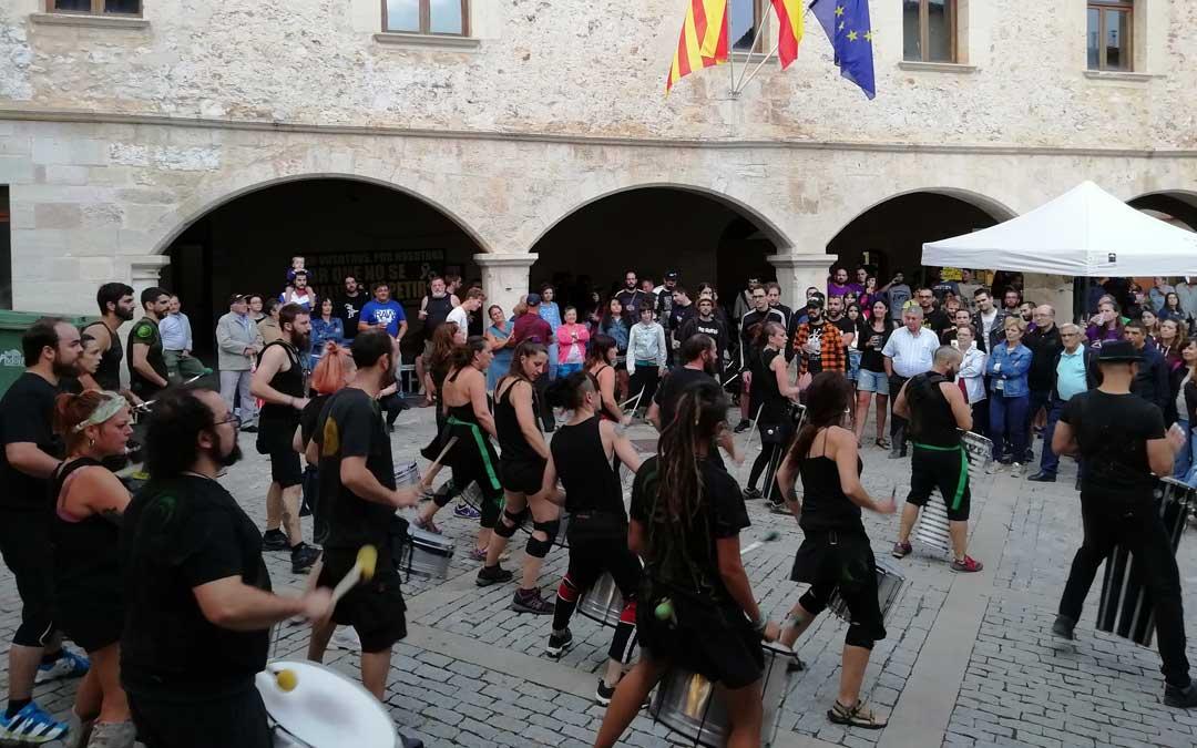 La batucada Samba da Praça llevó al público desde la plaza al pabellón para seguir con las actuaciones de la noche. / Carrasca Rock
