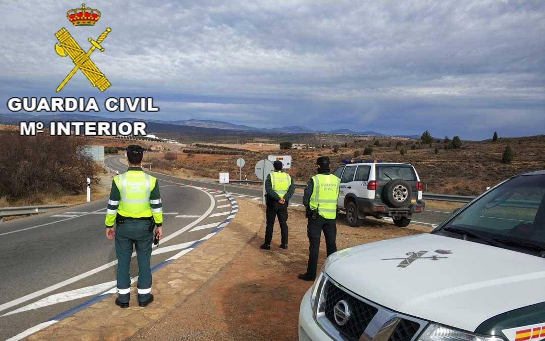 La Guardia Civil de Teruel en la intersección que da acceso a la localidad de Escucha
