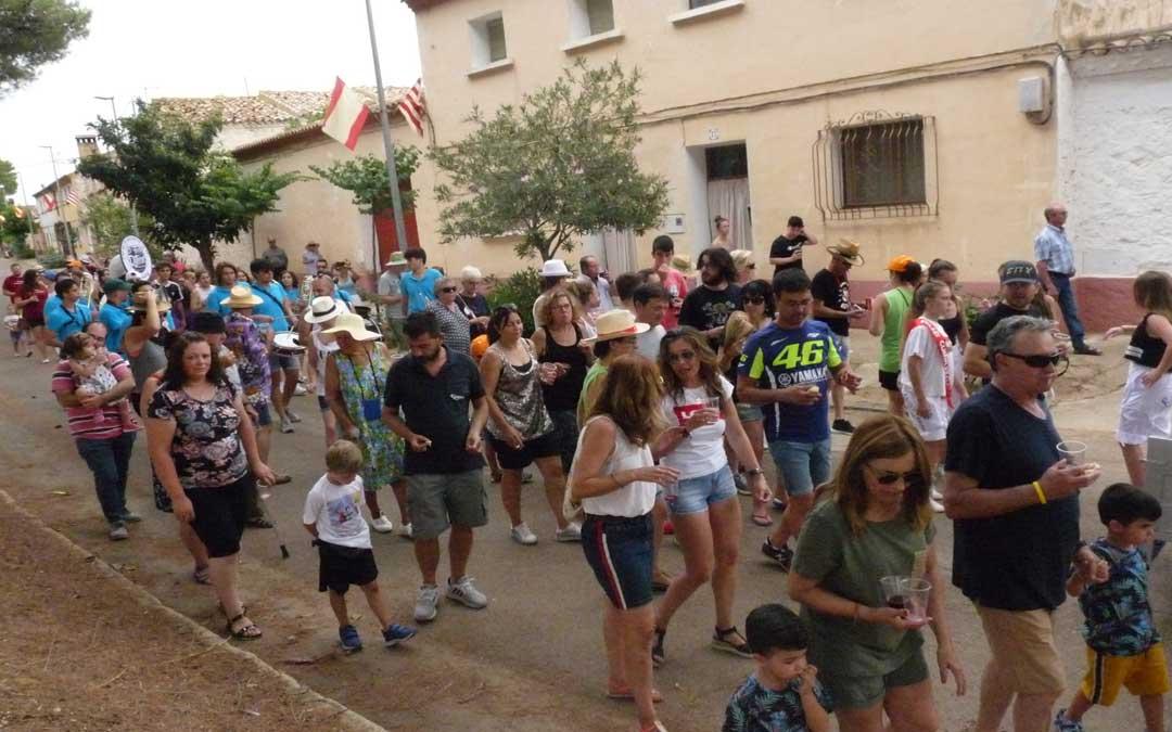"""La gente de Valmuel durante el """"vino andante"""""""