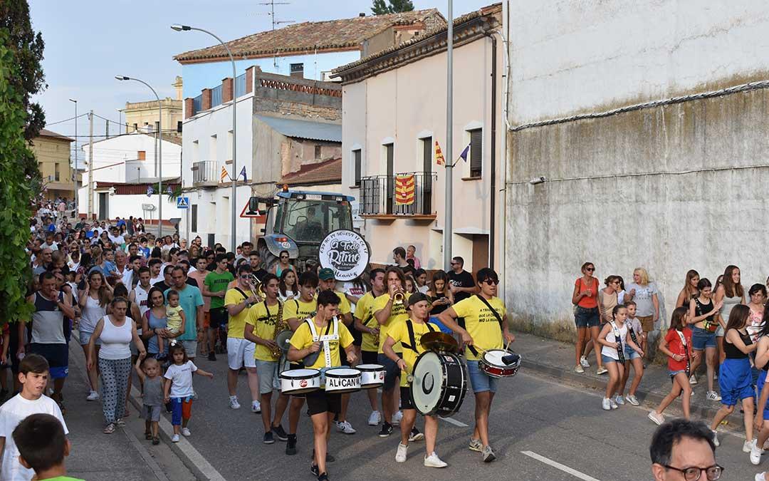 Minutos después del chupinazo tuvo lugar el desfile de peñas por el pueblo.