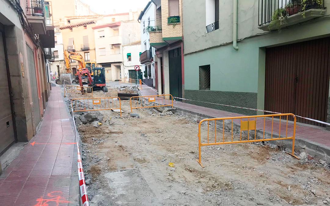 La vía, situada en el centro de la localidad, actualmente presentaba un mal estado de conservación.