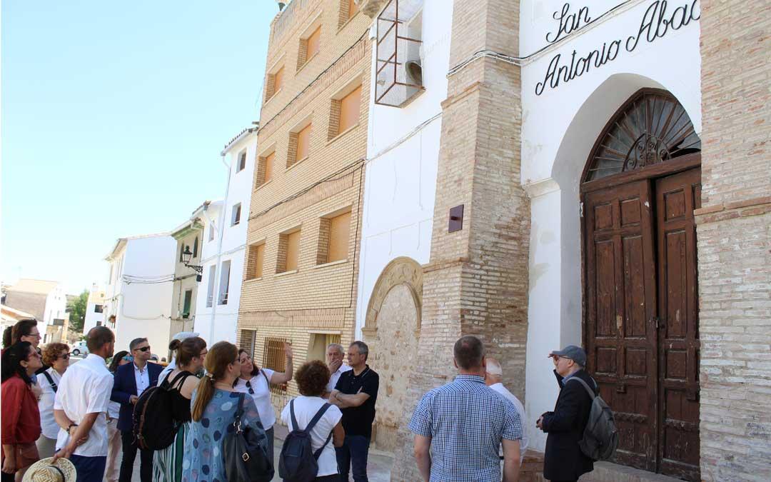 Lucía Conte dirigió las explicaciones de la Red Europea de Patrimonio Judío en Híjar. / B. Severino