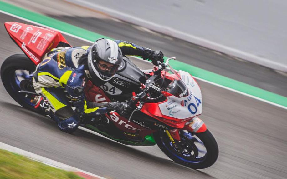 Marcos Lahoz pilotando su Yamaha en Motorland
