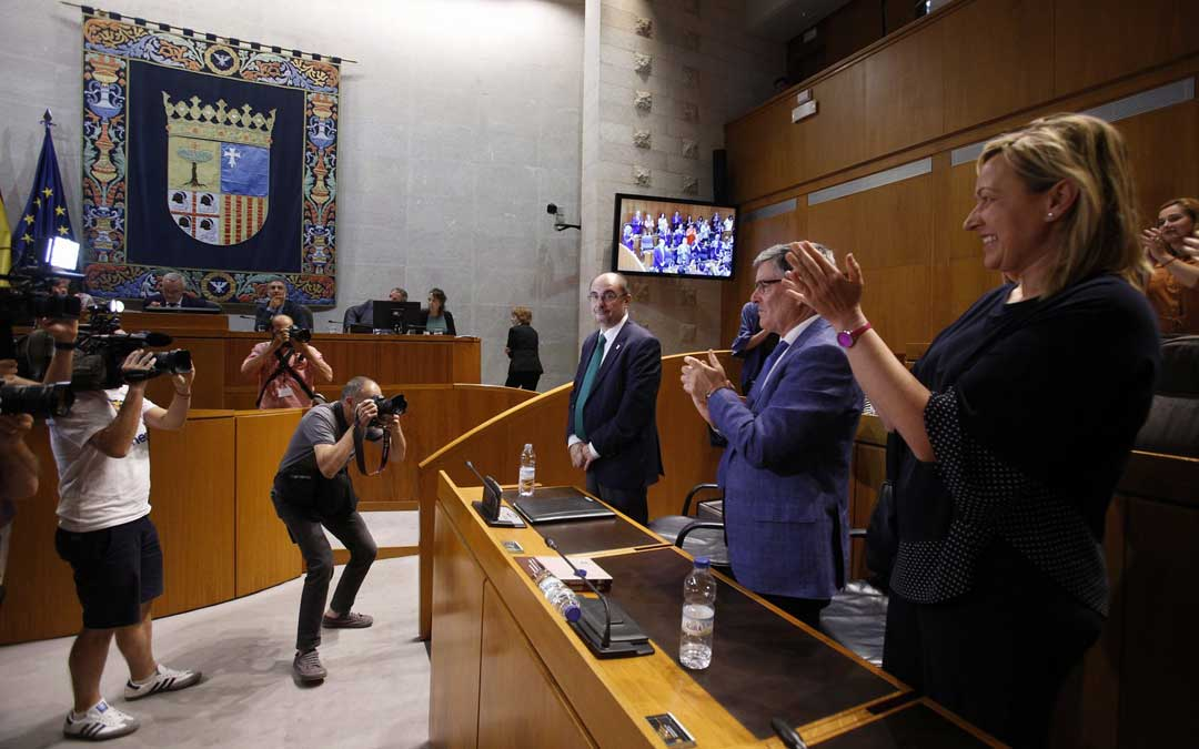 Los diputados aplauden a Lambán por su reelección como presidente. Foto: Cortes de Aragón
