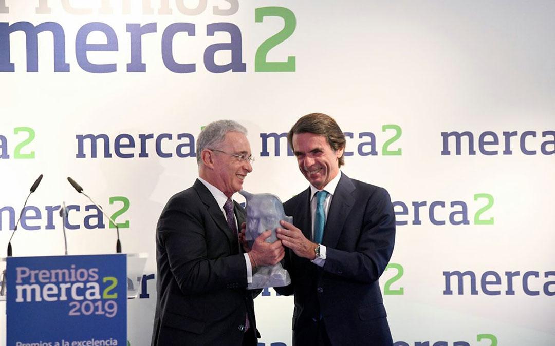 José María Aznar entrega la escultura de Abril como trofeo de la Fundación Marqués de Oliva al expresidente de Colombia, Álvaro Uribe.