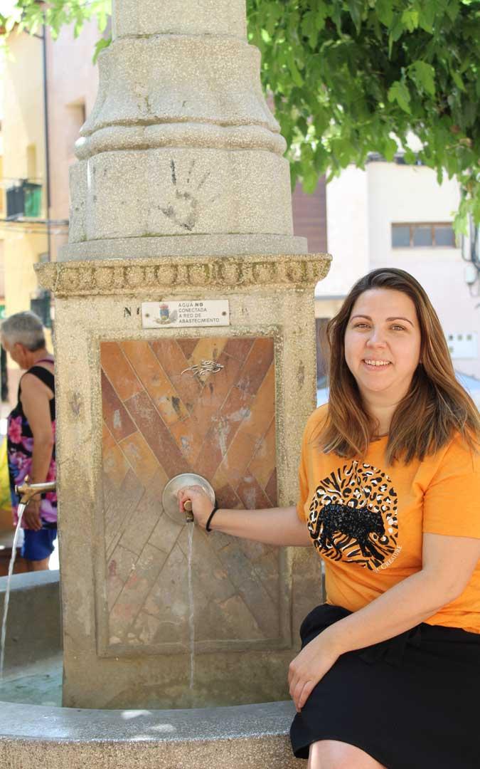 La fuente de la plaza, uno de los sitios de la infancia de María Ariño. / B. Severino