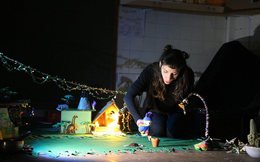 Los más pequeños de la familia han podido disfrutar con un teatro de objetos y sombras.