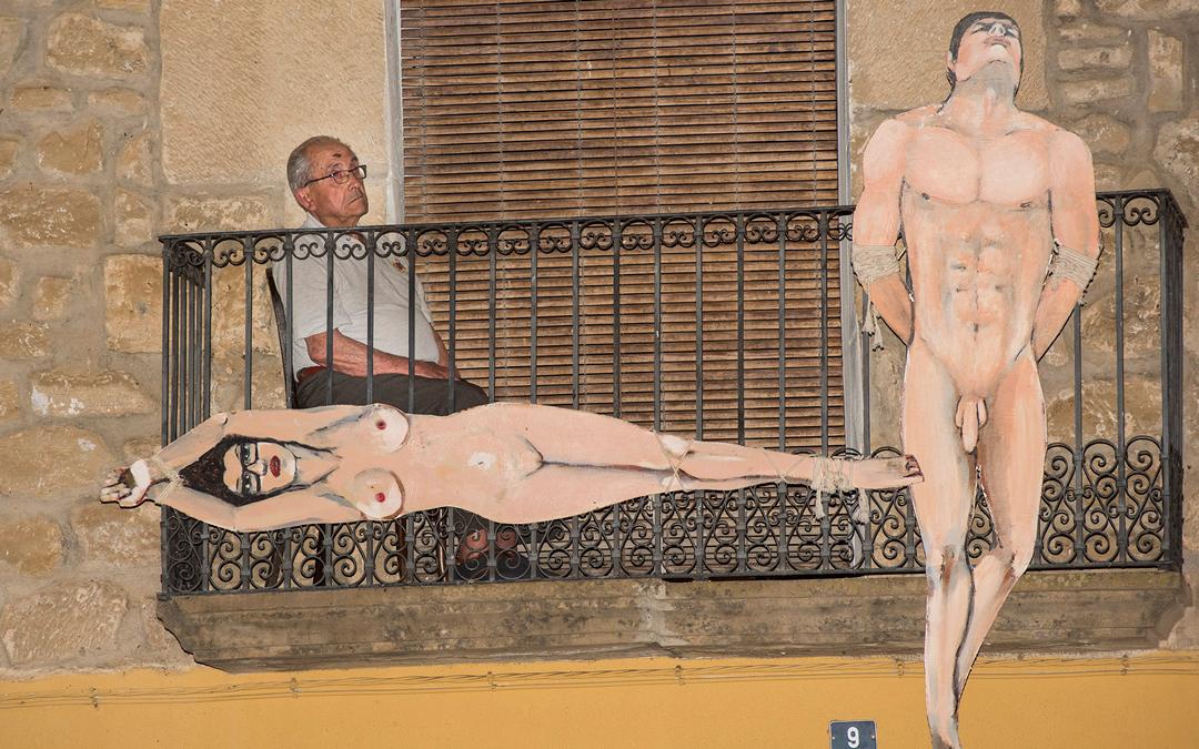 Exposición 'Colgados' en la plaza / Nebulosa Gráfica