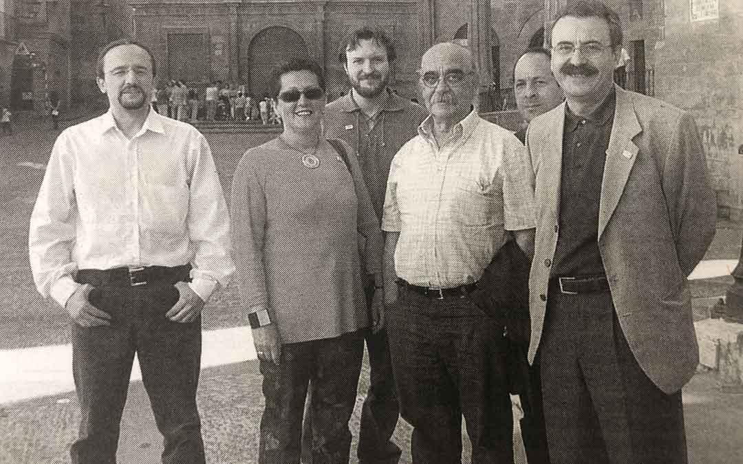 Merche Grau junto a José Antonio Labordeta y otros compañeros de CHA durante la campaña electoral de 2003