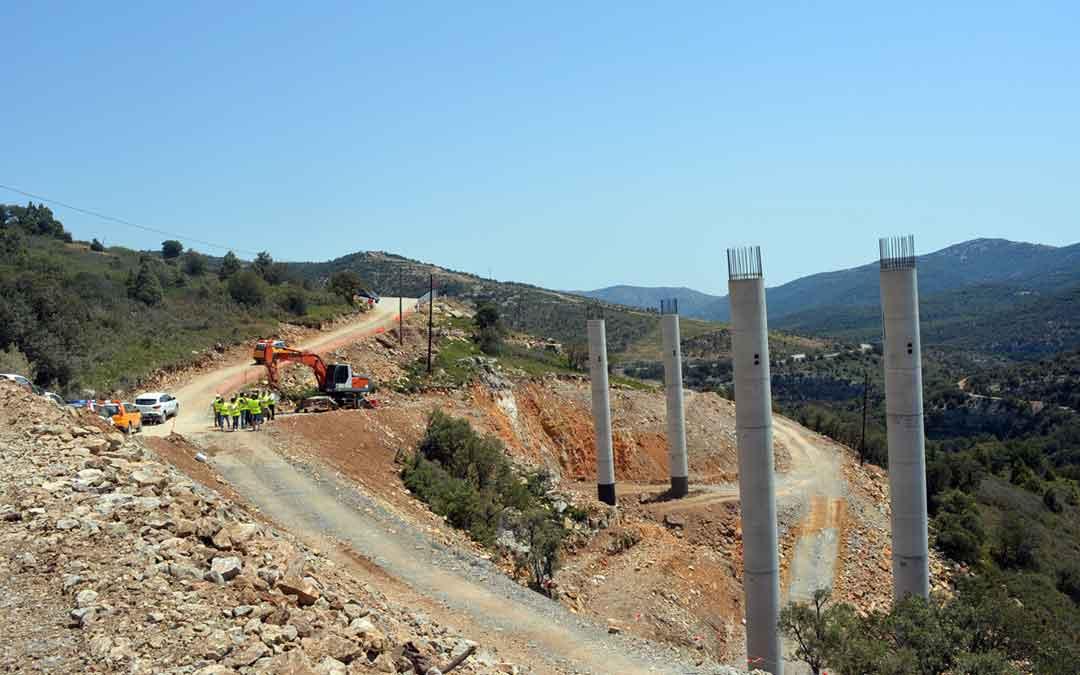 Los representantes del ayuntamiento de Morella, junto con la Subdelegada del Gobierno de Castellón y técnicos del proyecto han visitado las obras de la N-232 este martes. Foto: Ayto. Morella
