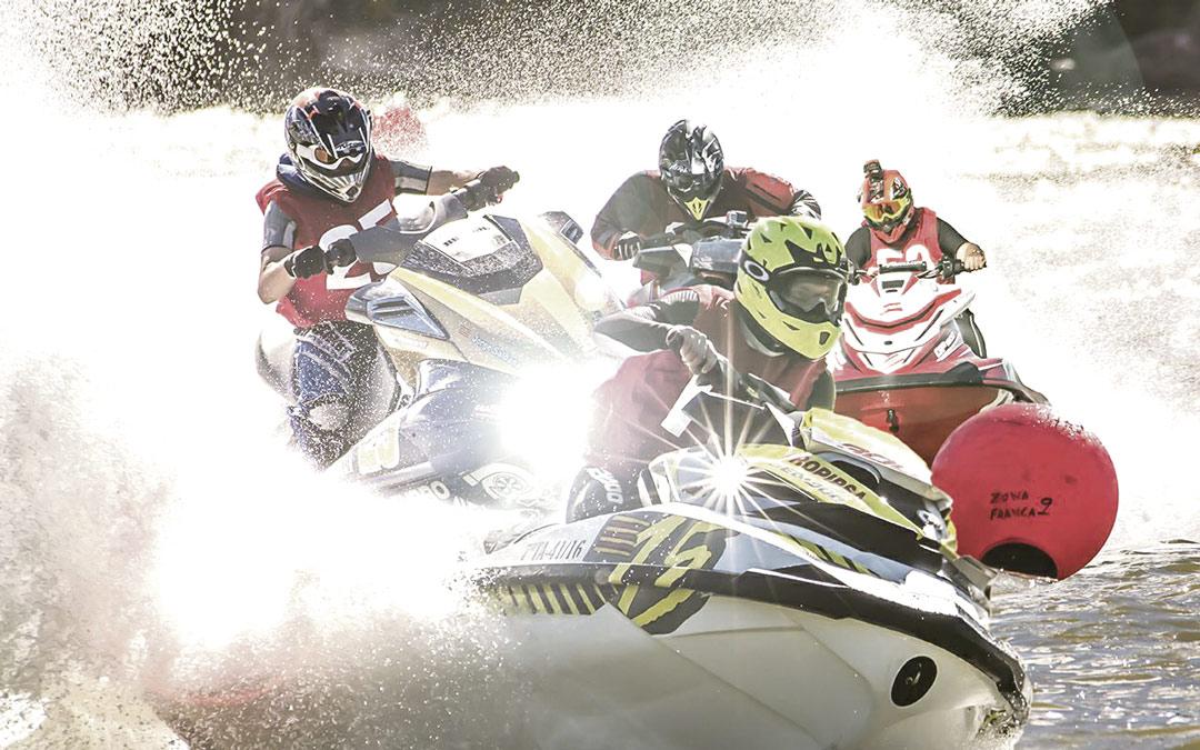 Participantes de una carrera de motos de agua luchando por posición