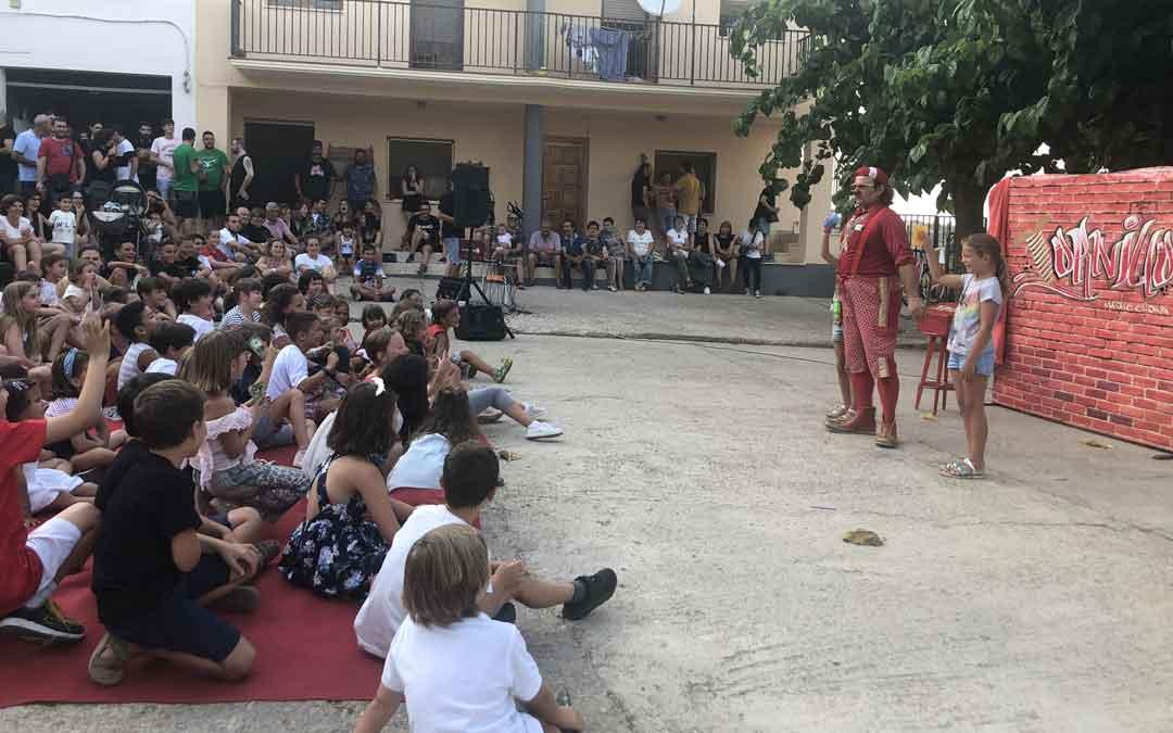 Un espectáculo para los más pequeños abrió el sábado por la tarde la Nit en Blanc. Foto: L. Castel
