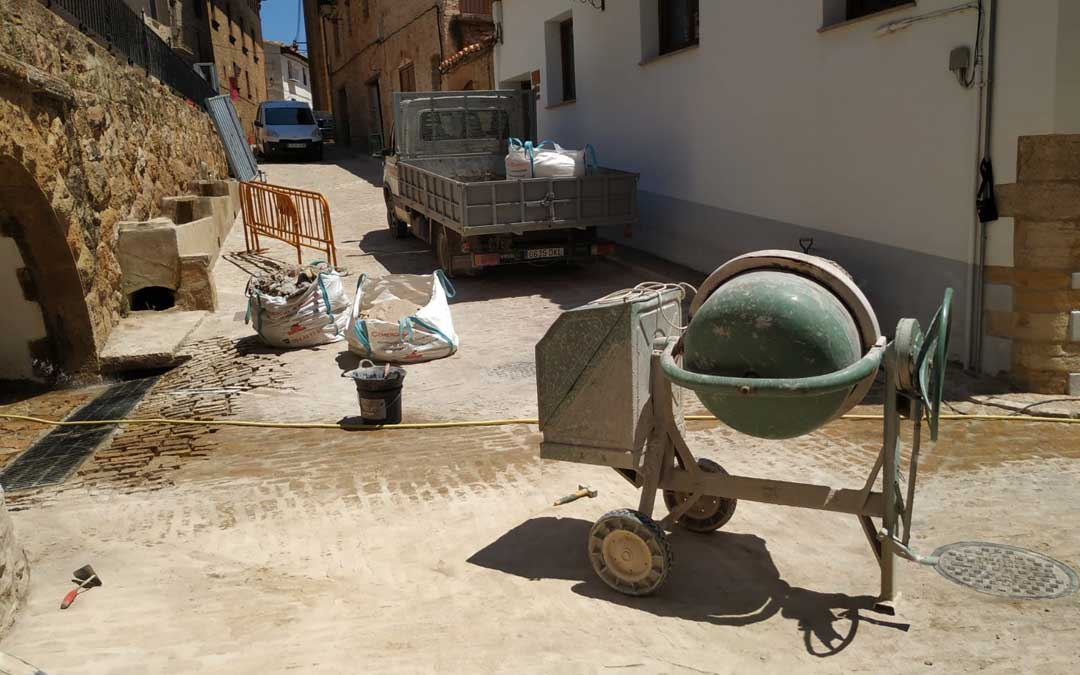 Imagen de las obras de mejora en una de las calles de La Iglesuela del Cid
