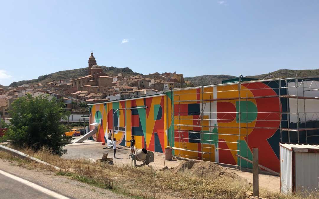 La pintura vista desde la carretera de entrada a Oliete. // Esther Icart