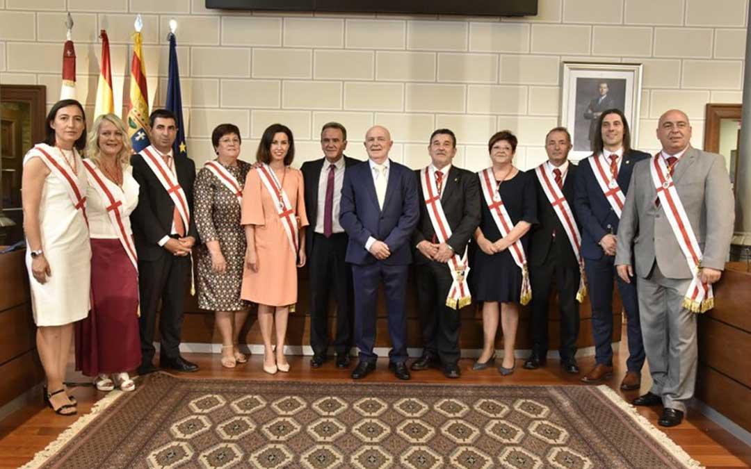 La alcaldesa de Caspe, cuarta por la derecha, este lunes con sus compañeros del PSOE en la DPZ