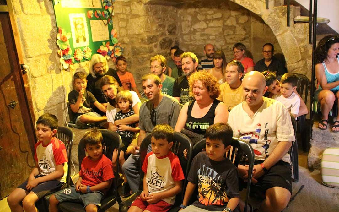 El público disfruta de una obra de teatro en la entrada de una de las casas de Arens de Lledó