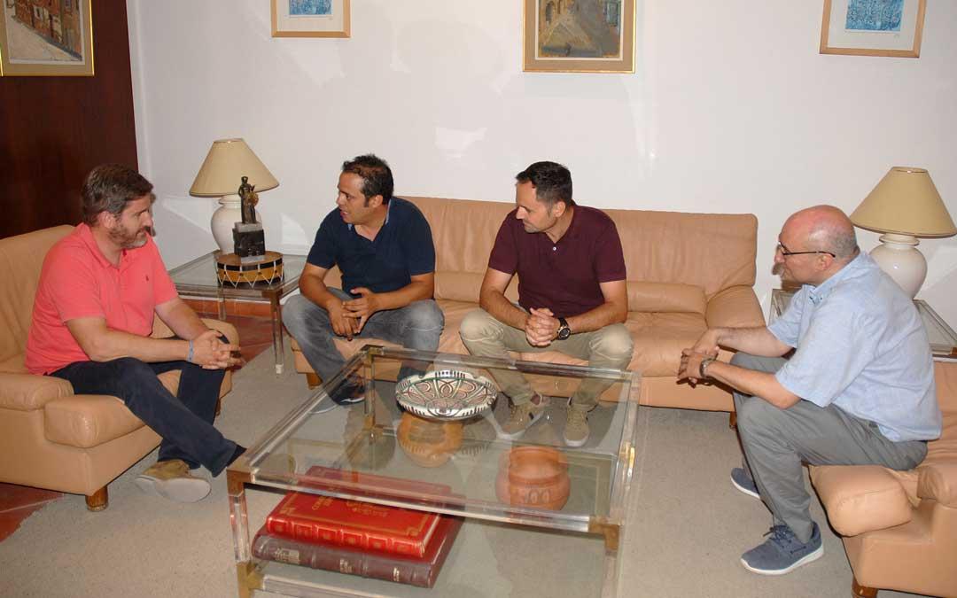 Reunión entre los alcaldes Urquizu y Amador junto a los tenientes alcalde, Ruiz y Baigorri