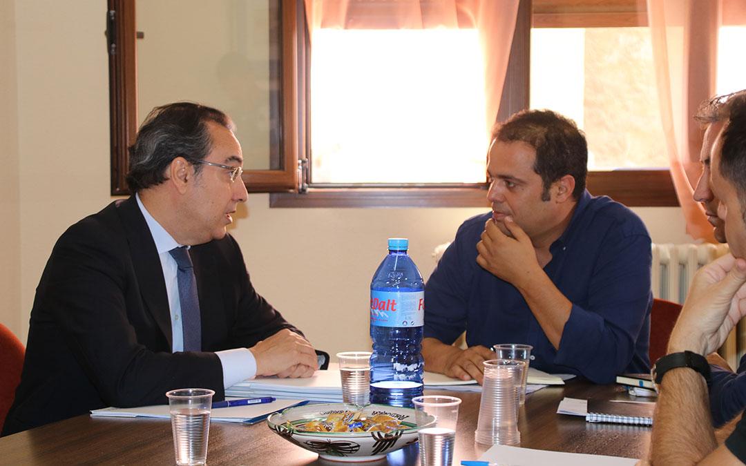 Ignacio Montaner (Endesa, izquierda) y el alcalde Antonio Amador, en la reunión que tuvo lugar en julio en Andorra | Adrián Monserrate