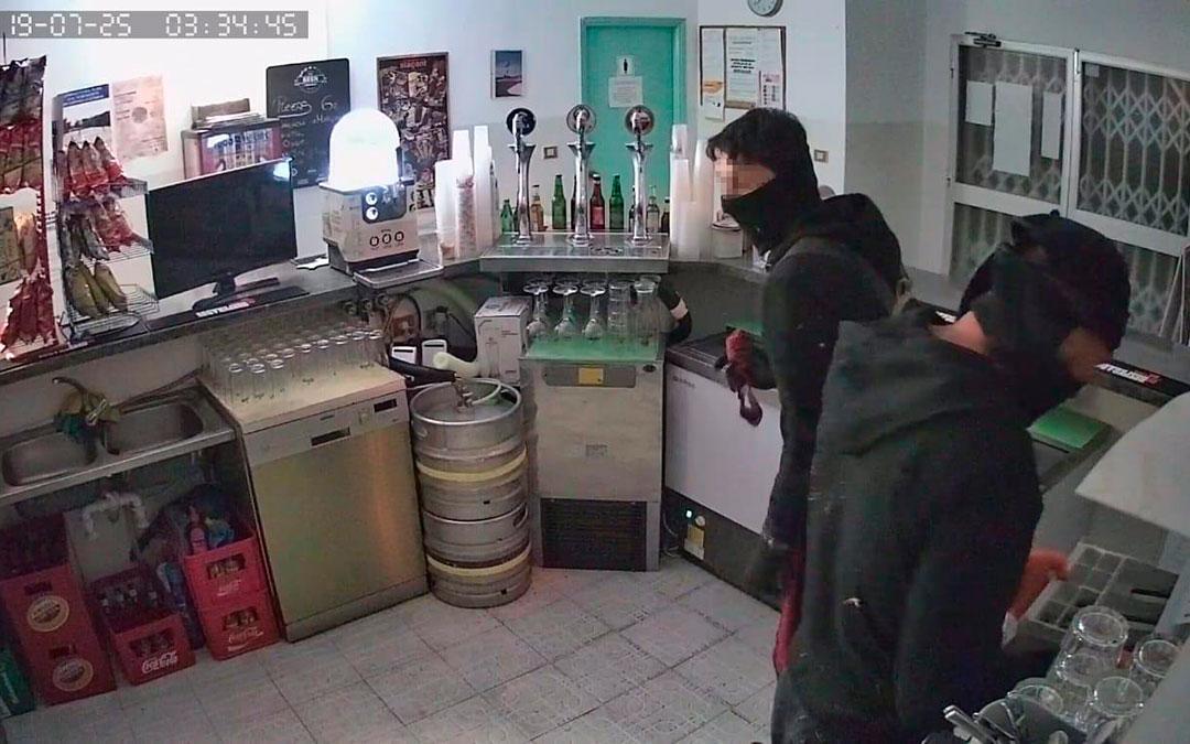 La cámara de seguridad captó a los dos ladrones del bar de las piscinas de La Codoñera | L.C.