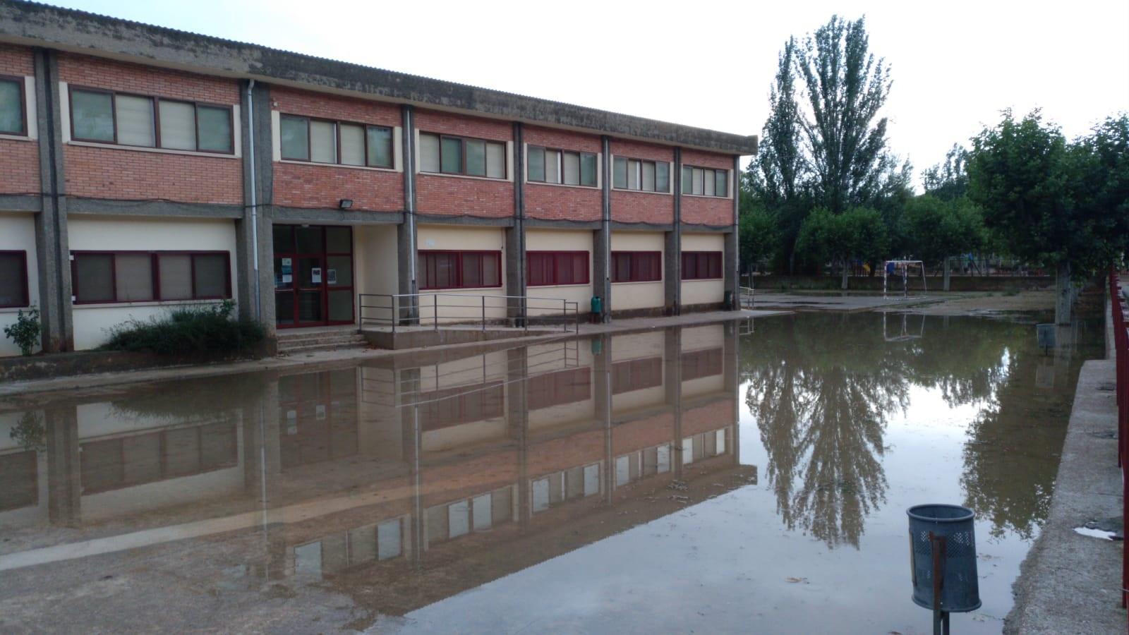 El patio del colegio de Albalate ha quedado totalmente inundado de agua. Foto: A. Martín