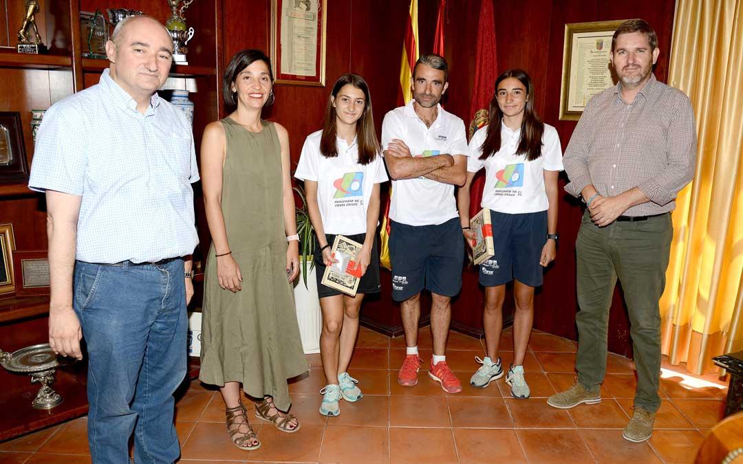 Las atletas del club Tragamillas de Alcañiz junto al equipo de gobierno