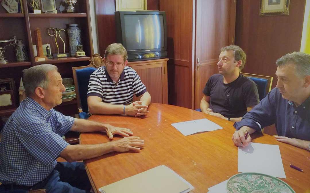 Los responsables local, Antonio Egea; y provincial de UAGA, David Andreu; junto a su abogado, Pablo Martínez; se han reunido este miércoles con el alcalde de Alcañiz, Ignacio Urquizu. Foto: UAGA
