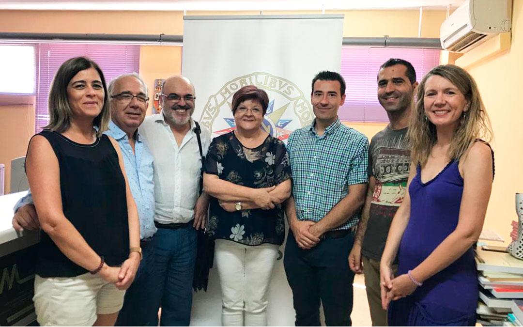 Representantes de la Universidad de la Experiencia y de la UNED, junto a miembros del Ayuntamiento de Caspe.