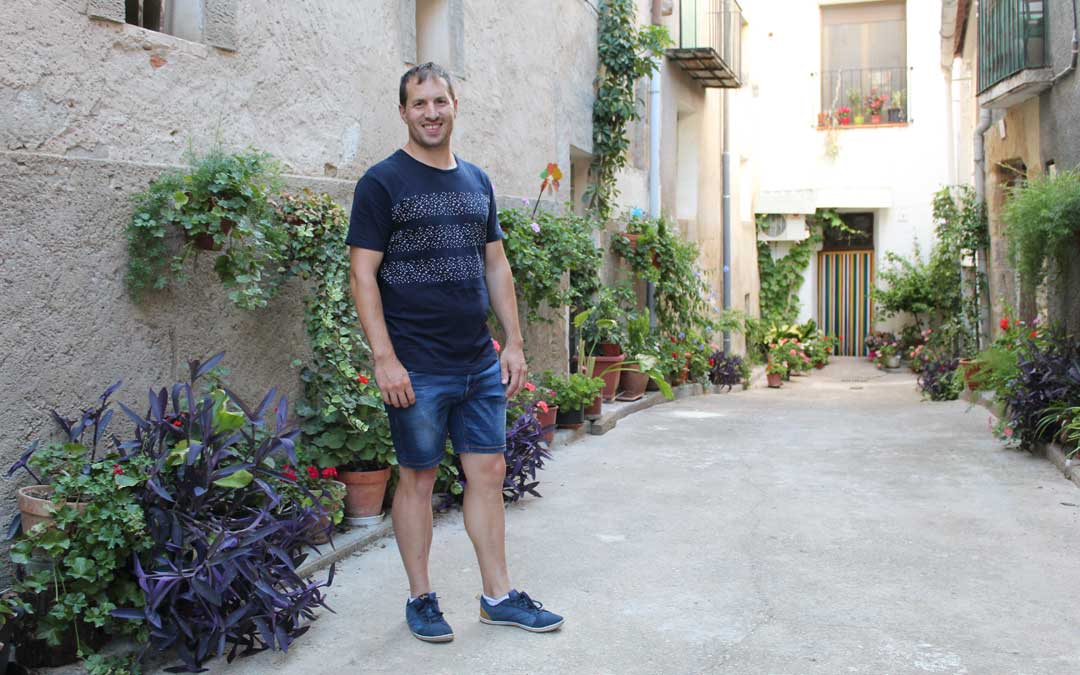 Ángel Antolín, en el cantón de la casa familiar, uno de los sitios más visitados de Valdealgorfa. / B. Severino