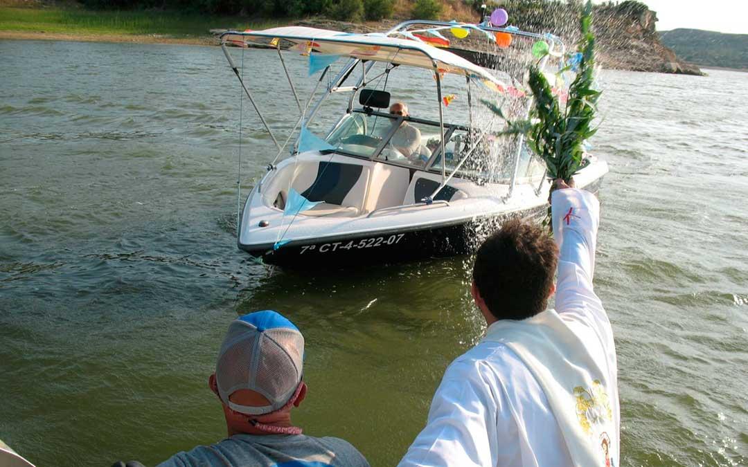 Una de las bendiciones a una embarcación, durante la procesión en el Mar de Aragón.