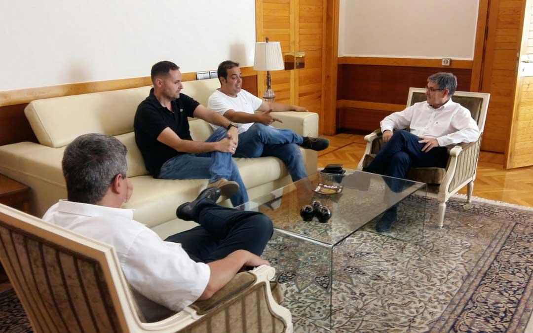 Reunión entre Sebastián Ruiz y Antonio Amador con Vicente Guillén y Julio Embid en el Gobierno de Aragón.