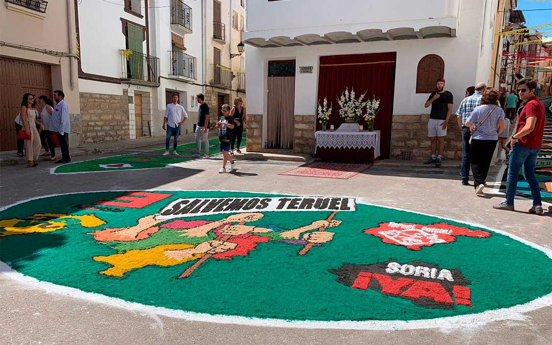 Alfombra con la imagen de Teruel Existe y Soria Ya, entre otros colectivos./ Eduard Peralta.