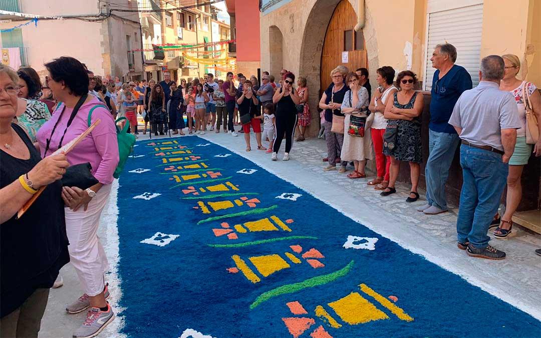 La procesión del Santísimo Misterio a su paso por la alfombra./ Eduard Peralta.