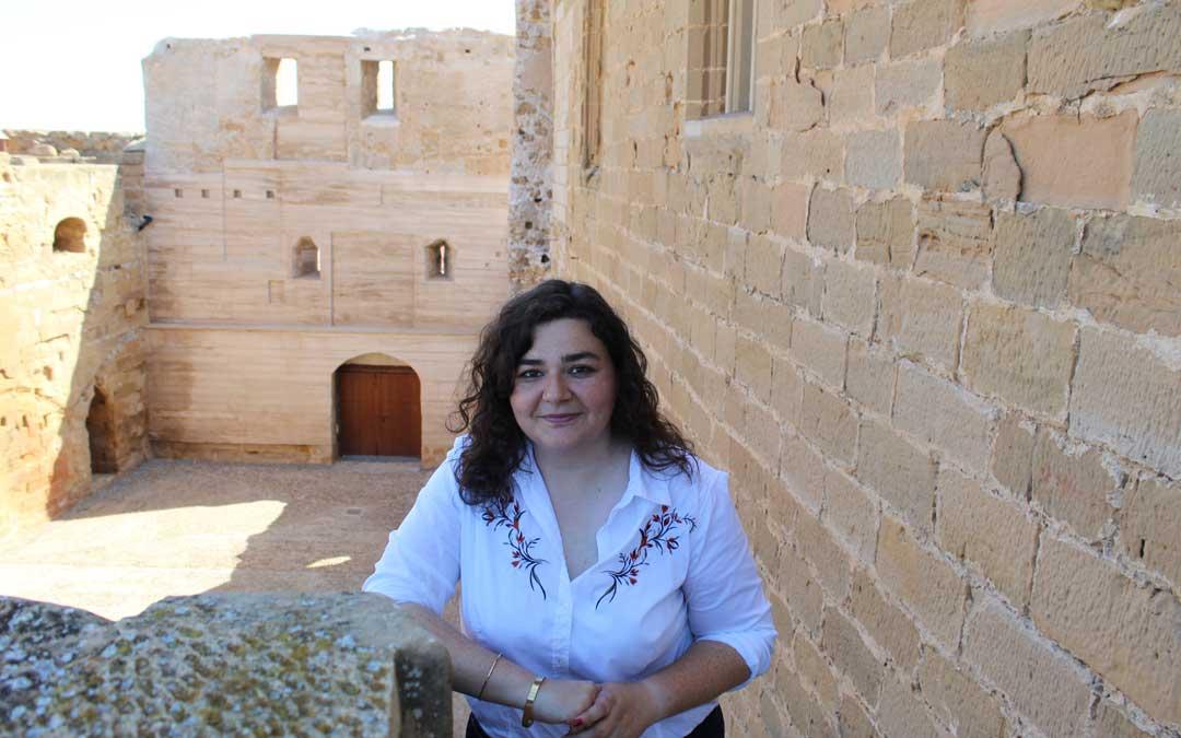 Arnas, en el Castillo con el muro recuperado al fondo. Trabajará en un ambicioso plan de turismo y patrimonial. / B. Severino